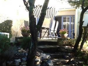 Het terras vanuit de tuin